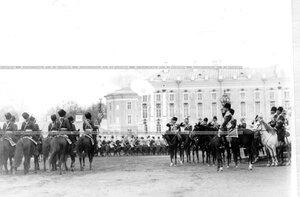 Подразделение полка проходит маршем мимо принимающего караул исмператора Николая II.