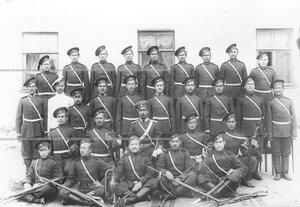 Группа казаков с офицером полка .