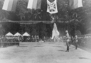 Общий вид торжественной церемонии открытия памятника шефу полка , великому князю Михаилу Николаевичу .
