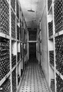 Внутренний вид помещения винного склада акционерного общества продажи гарантированных лабораторным исследованием вин Латипак.