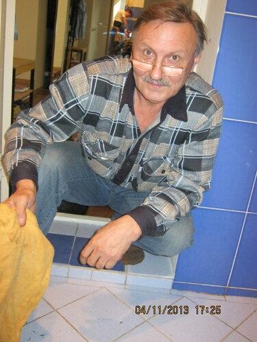 Этот парень занимается уборкой дома с утра до вечера