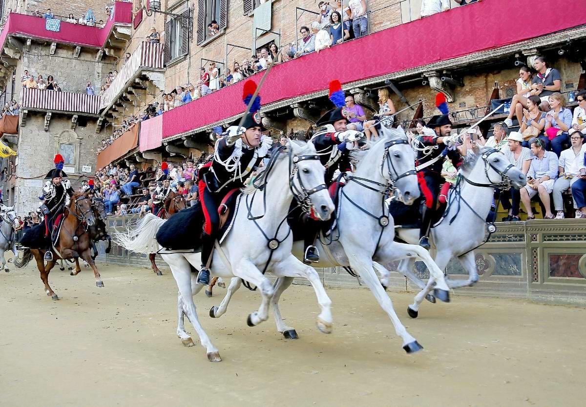 Упоротые кавалеристы: Конные итальянские карабинеры идут в атаку