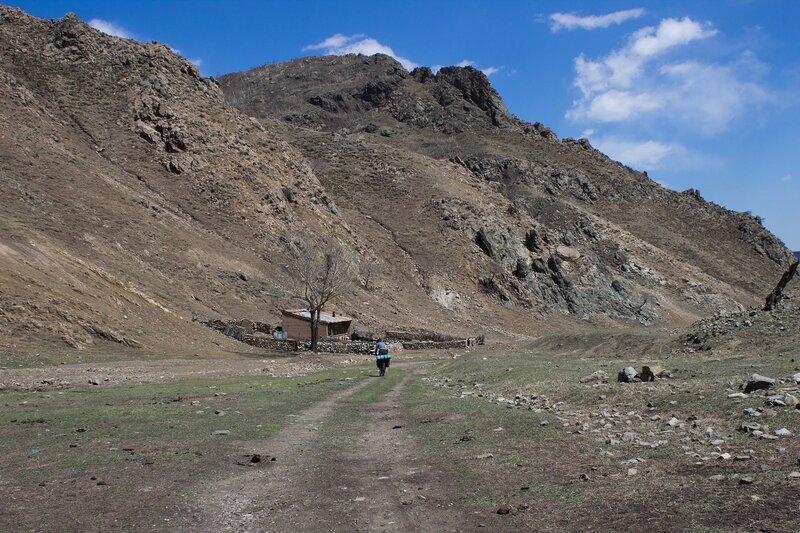 дом в ущелье  в горах инь шань, внутренняя монголия, китай