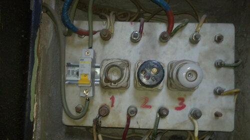 Фото 5. Отключенный вводный автомат квартиры. Крупный план.