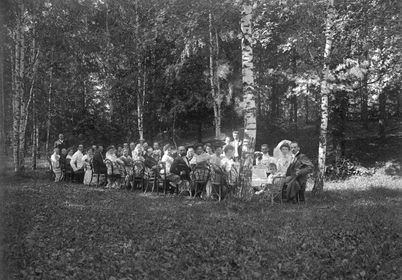 Свадьба В.А. Зевеке и Л.Д. Зевеке (Богословская). Застолье в парке
