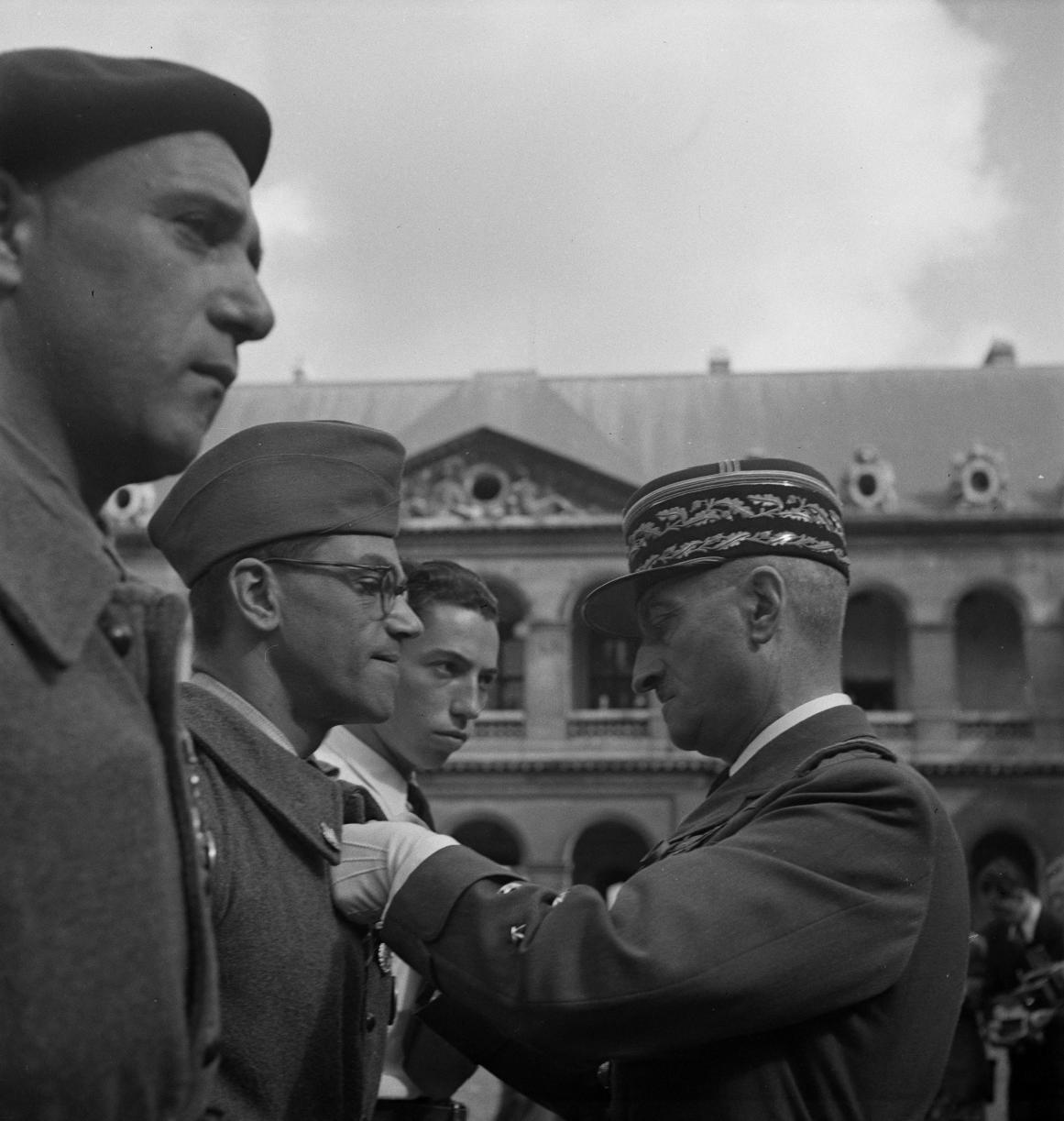 26. Генерал Бридо награждает Жоржа Штайна