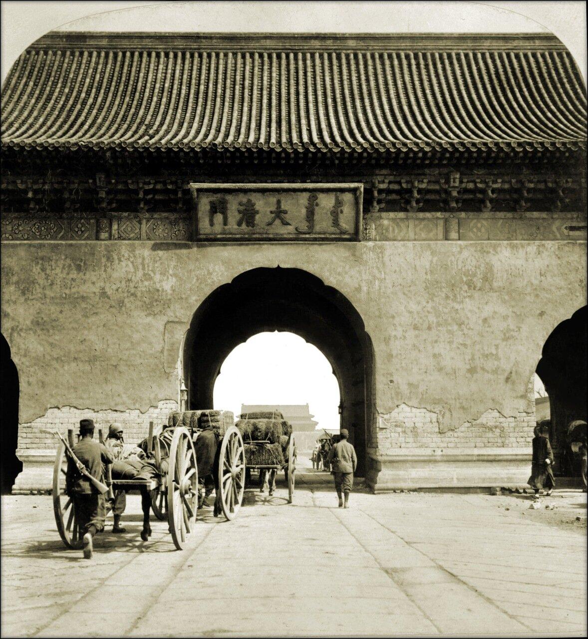 1901. Врата Китая в Императорском дворце в Пекине.