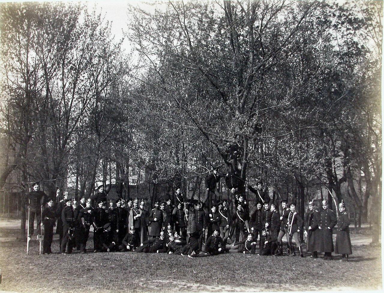 27. Группа пажей - воспитанников корпуса - в саду