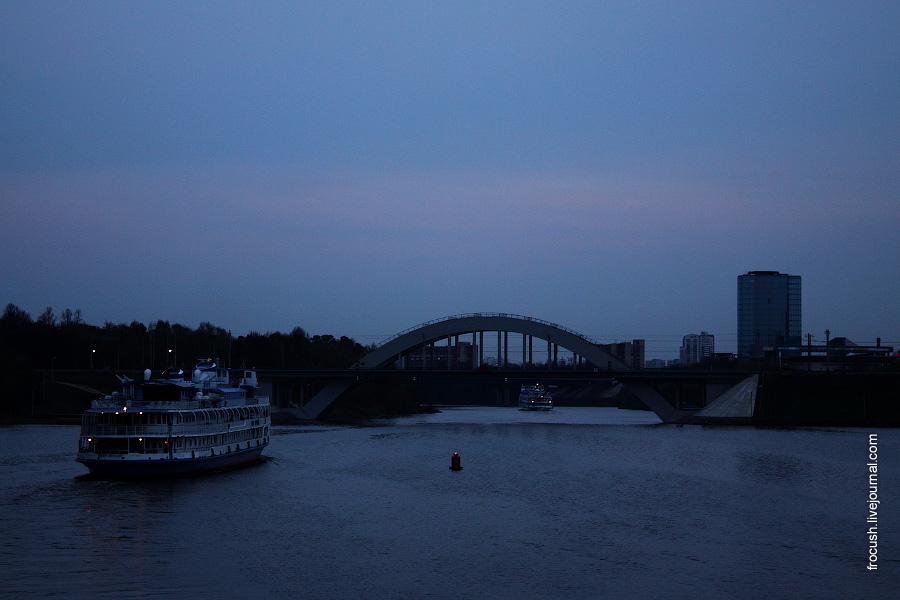 2 мая 2011 года. Вечер. Теплоход «Петр Первый» приближается к мосту Октябрьской железной дороги через канал имени Москвы
