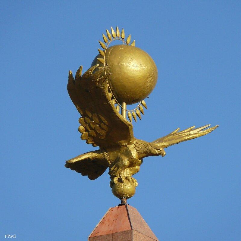стела независимости - в сочитании с небом получился флаг Казахстана