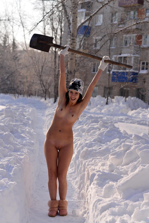 Голая Марина чистит снег