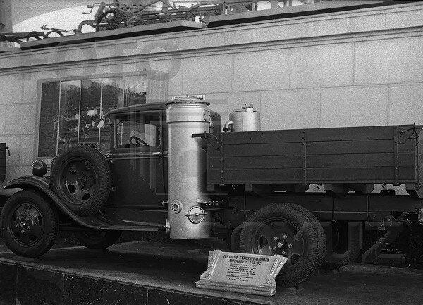 Грузовой автомобиль с газогенераторной установкой ГАЗ-42, павильон Механизация и электрификация сельского хозяйства СССР, 1939 г.