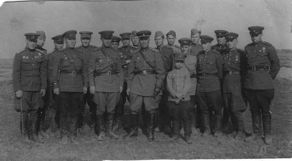 Группа офицеров 8-й гвардейской механизированной бригады 3-го Сталинградского механизированного корпуса с сыном полка.
