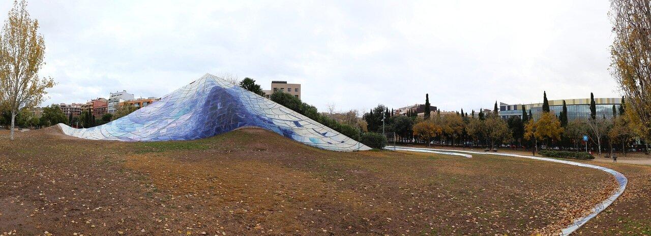 Барселона. Северный вокзал. парк Беверли Пеппер. Упавшее  небо  fallen sky sculpture. panorama. beverly pepper's parc de l'estació del Nord, Barcelona.