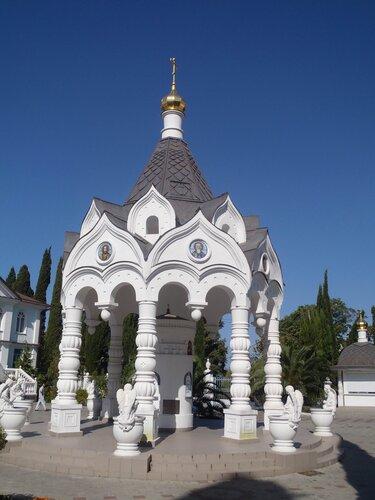 Сень на территории собора