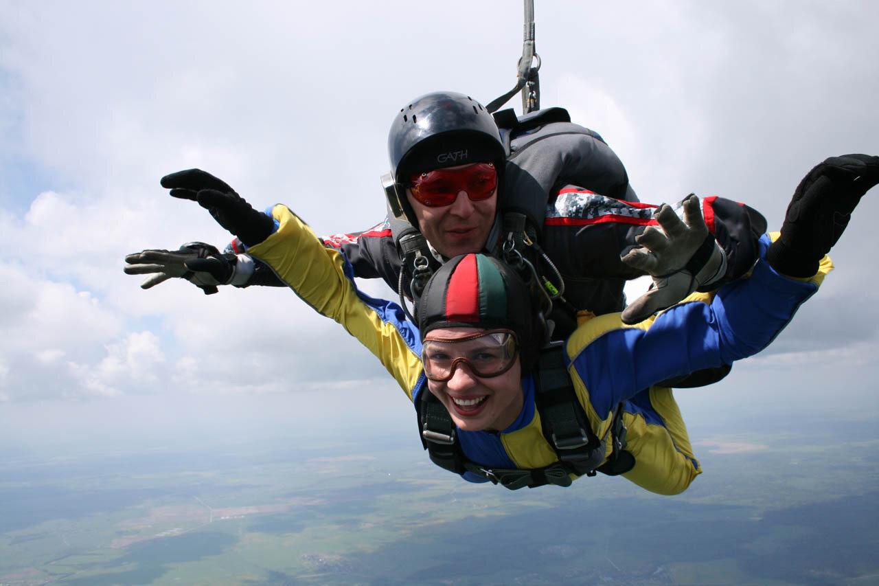 картинки люди прыгают с парашютом сеть попал