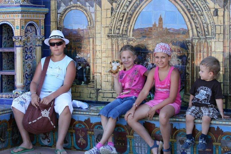 Севилья, дети на площади Испании