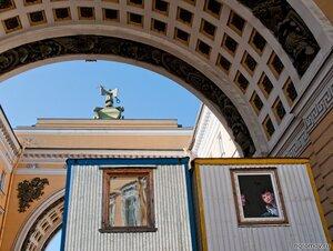 На «задворках» (арка, Петербург, человек)