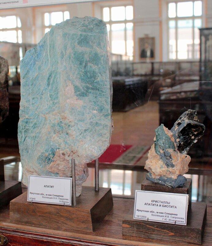 Апатит; кристаллы апатита и биотита