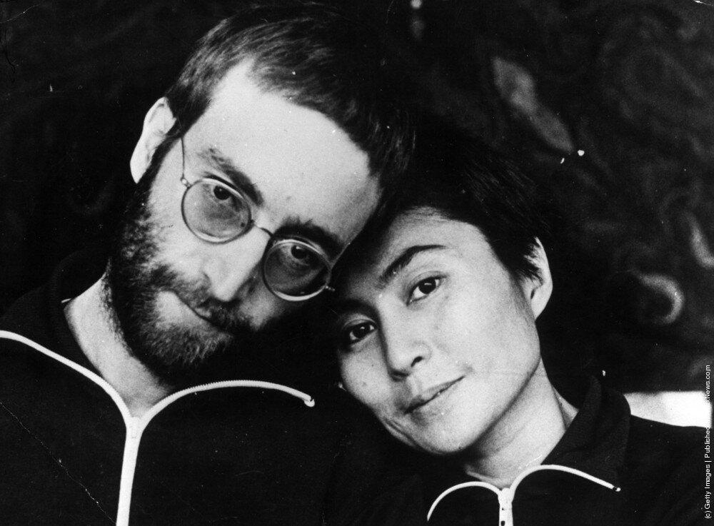 Джон Леннон с  Йоко Оно первое фото с короткими волосами с момента его хиппи дней .Фото Энтони Кокс 1970