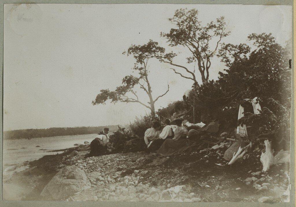 1900. Отдыхающие на берегу