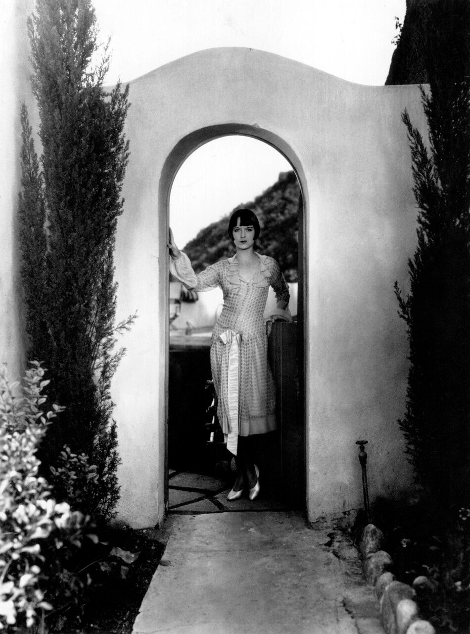 circa 1925: US film actress Louise Brooks, (1900 - 1985), wearing a chiffon afternoon frock with puff sleeves and a bow at the waist.