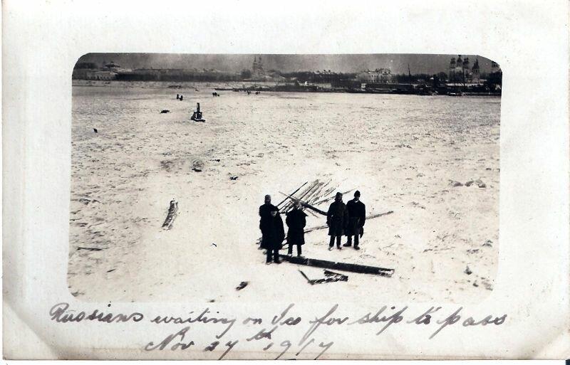 1917. 27 ноября. Кегостровская ледовая переправа. Русские ожидают  на льду паром