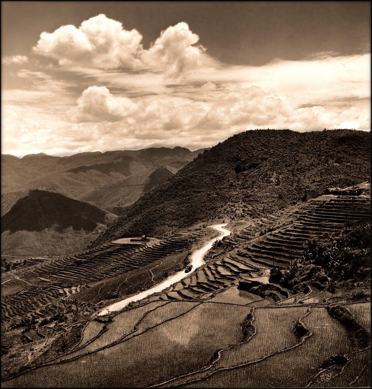 1946. Вид с воздуха на террасные рисовые поля  в горном районе провинции Цзянсу