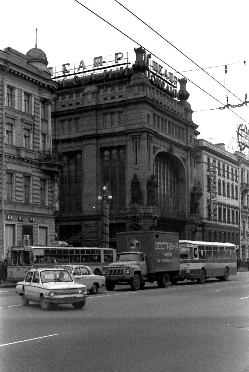 Поворот на Невском проспекте, недалеко от Театра Комедии