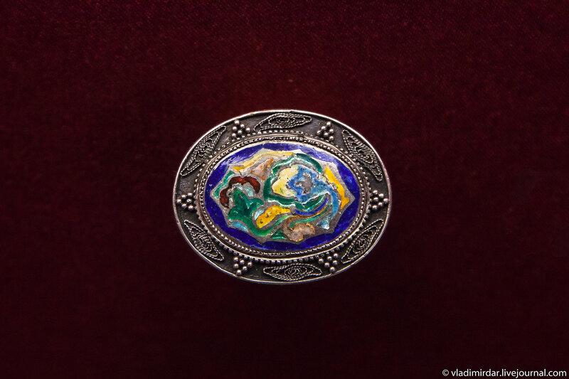 Подвес из серии «Орнамент». Манаба Магомедова. 1954-1983. Серебро; перегородчатая эмаль. Частное собрание.