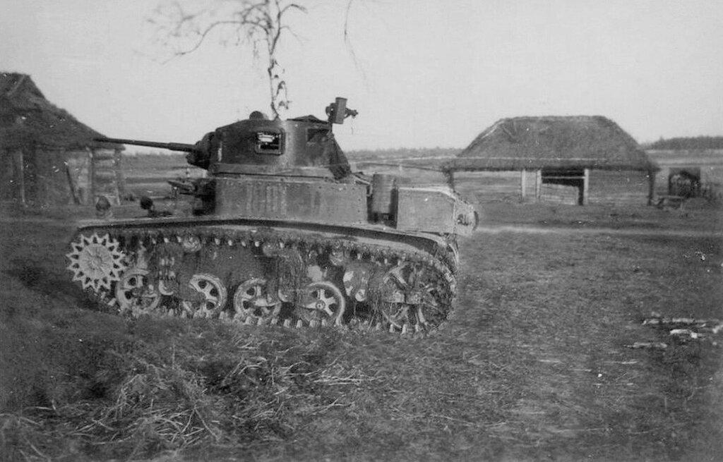 """Подбитый легкий танк М3л """"Стюарт""""."""