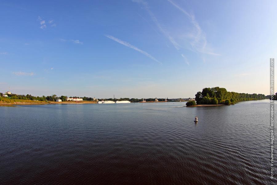 Панорама Волги и города Углич. Слева на фото причалы города Углич, справа подходной канал Угличского шлюза