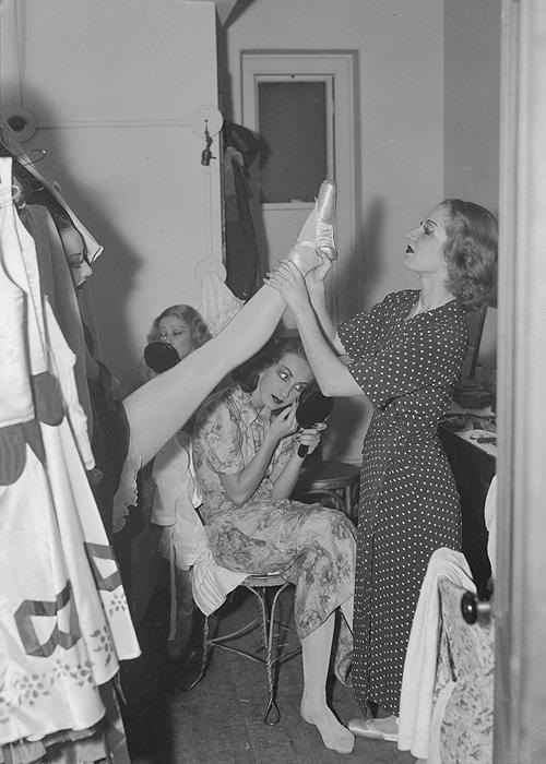 Dancers backstage, 1934.jpg