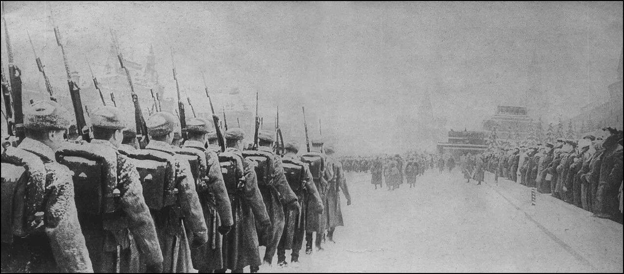 Парад на Красной площади 7 ноября 1941 года. Солдаты с винтовками СВТ-40