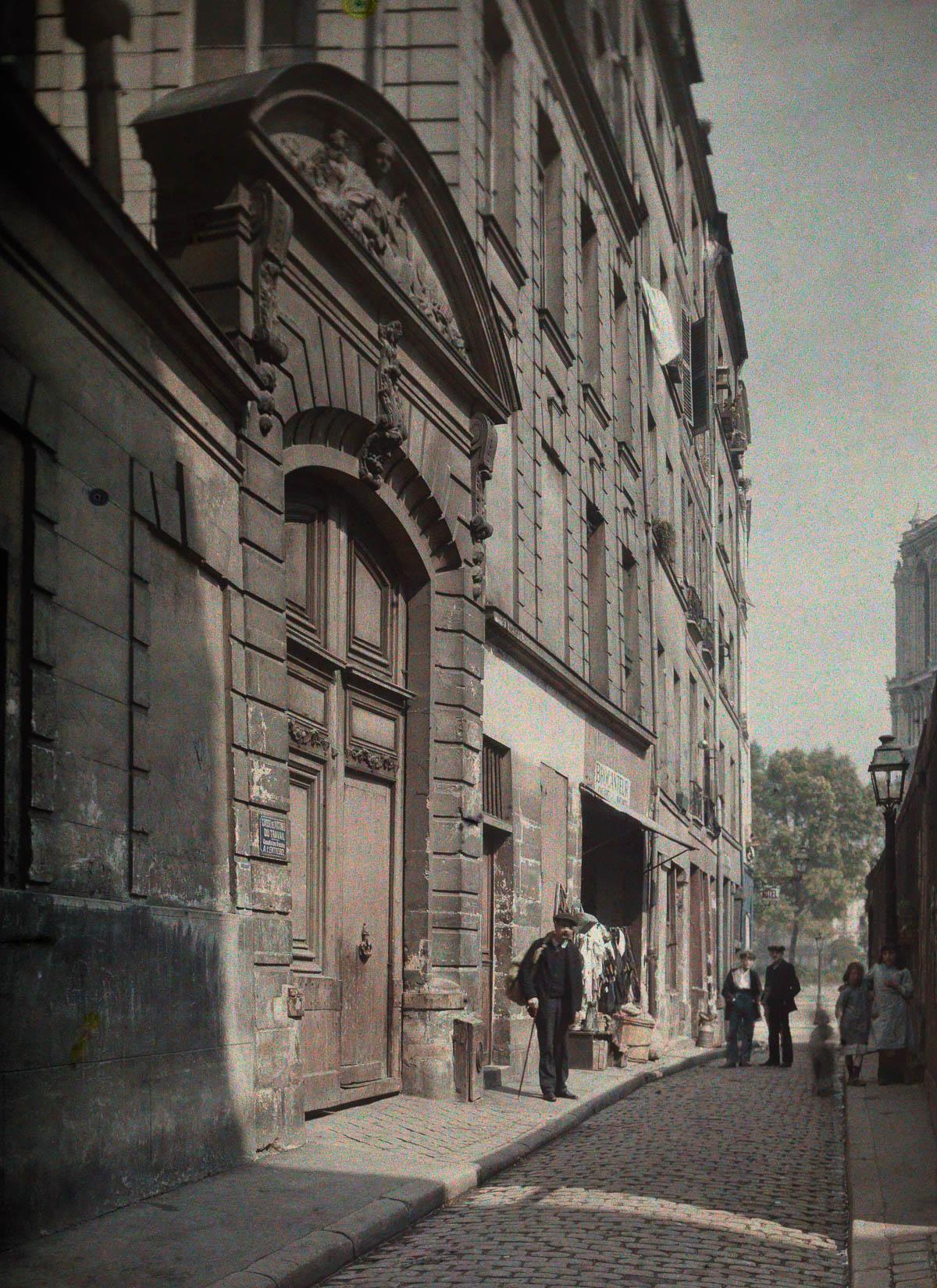 Улица Святого Юлиана в старом Париже.