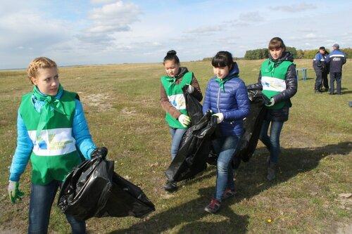Волонтеры убирают мусор на Сартлане