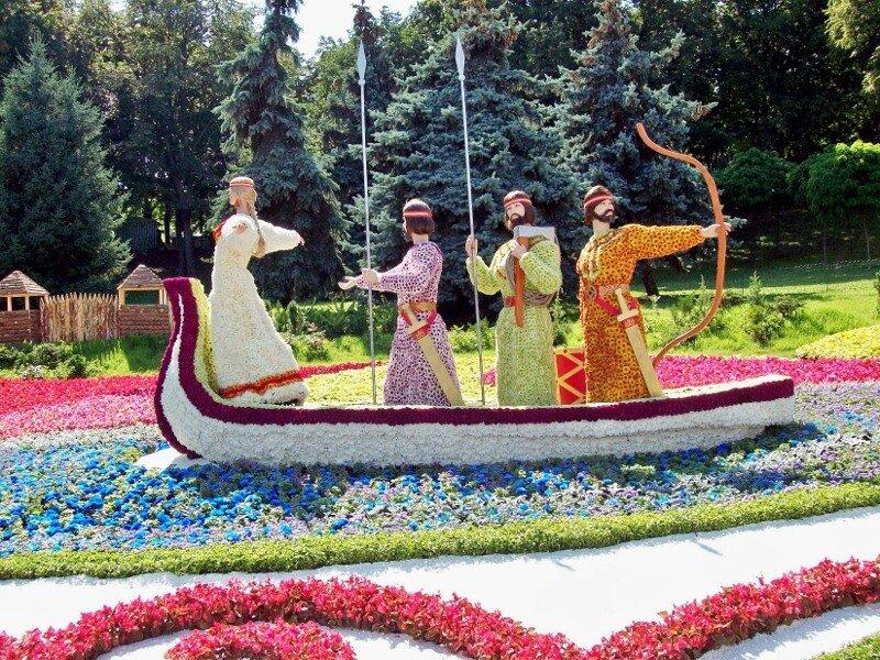 Киев. Композиция Основатели Киева в ладье на выставке цветов 2011