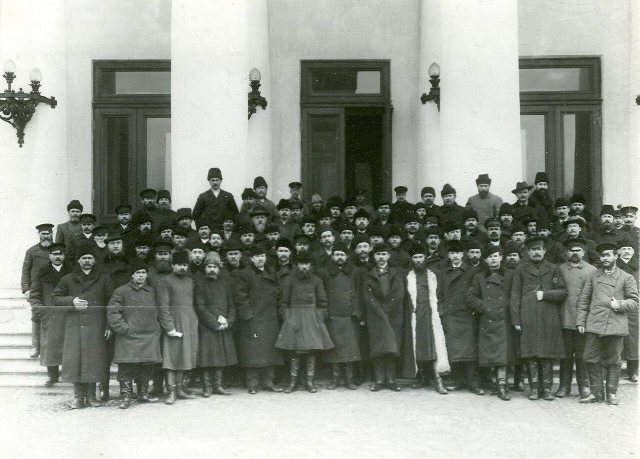 15. Группа депутатов Второй Государственной думы, членов Трудовой группы, у здания Таврического дворца