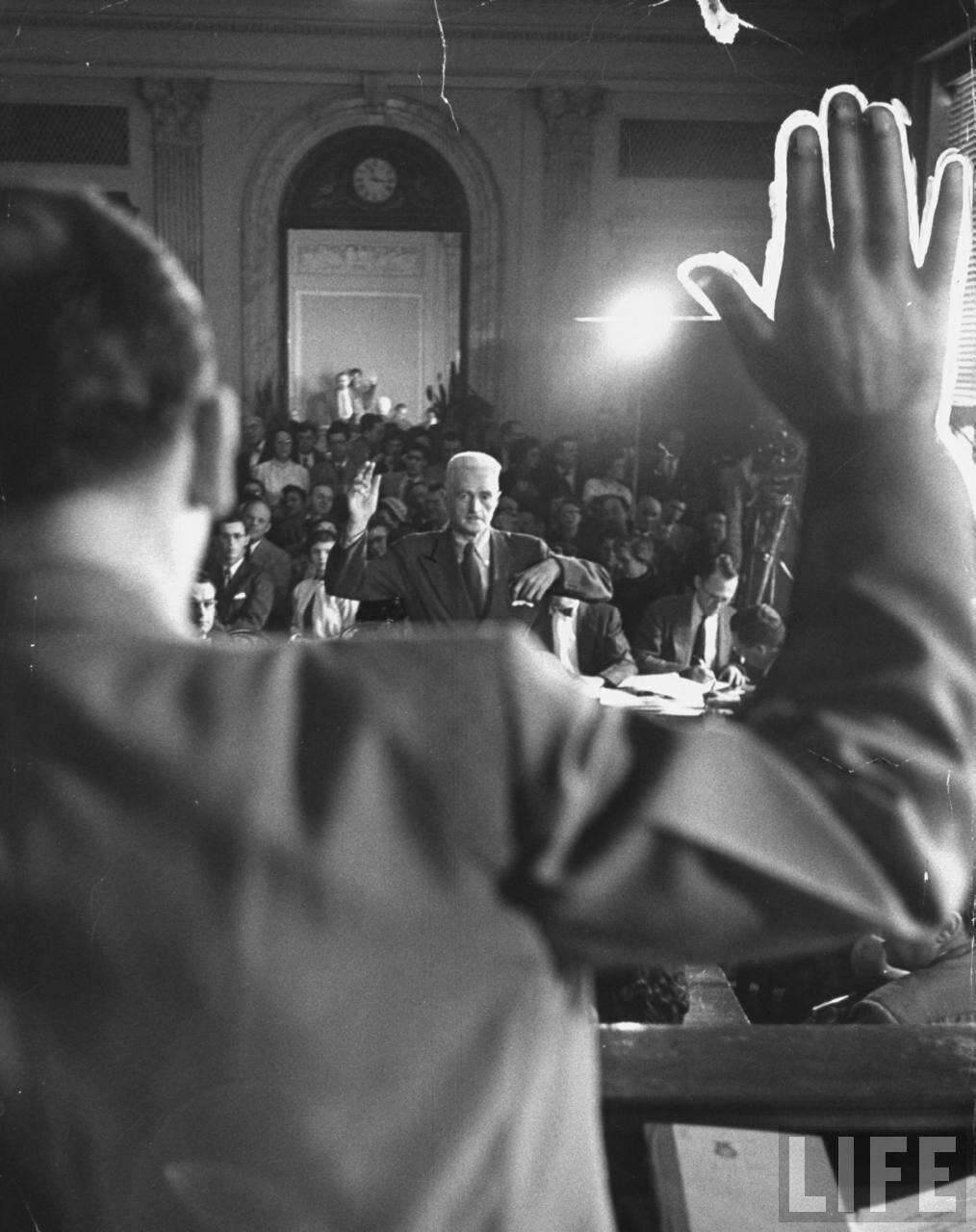 1953. Писатель Дэшил Хэммет приносит присягу на  заседании сенатского следственного комитета