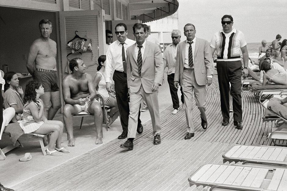 1968. Фрэнк Синатра с телохранителями на пляже, Майами-Бич
