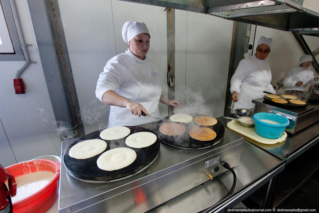 Как делают сибирские пельмени и блины