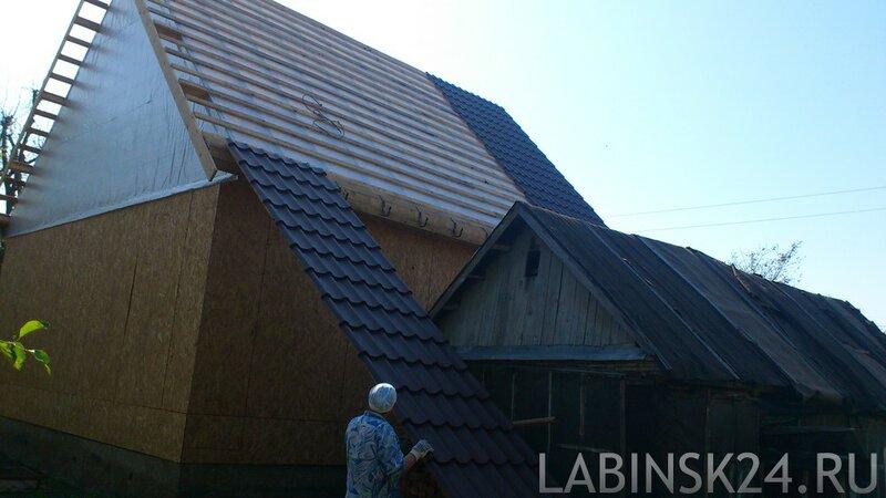 Поднмаем металлочерепицу на крышу