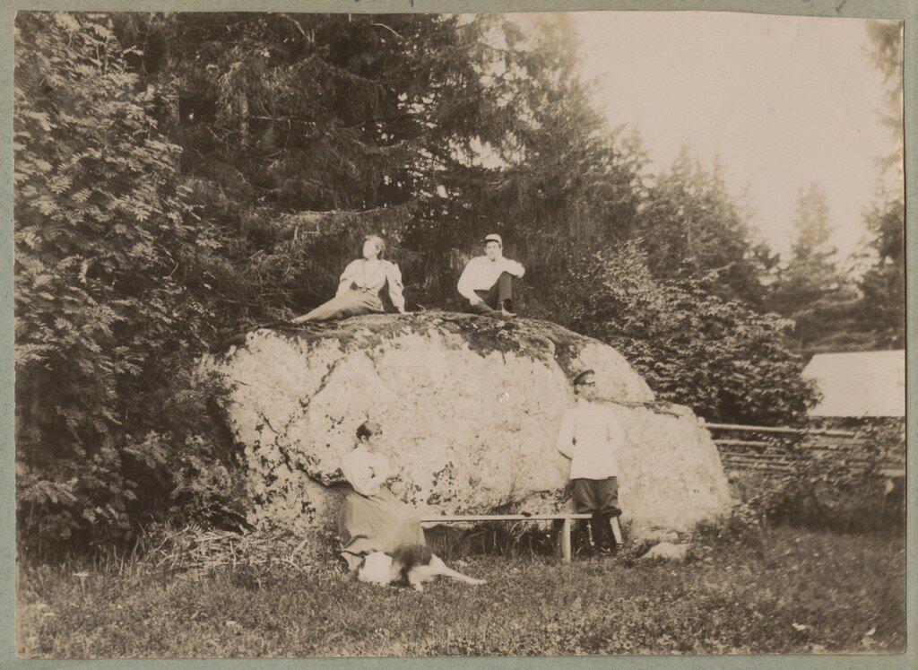 1900. Группа отдыхает на большом валуне