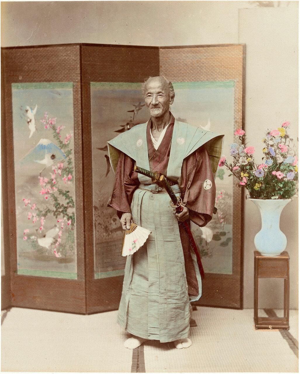 Пожилой самурай возле ширмы