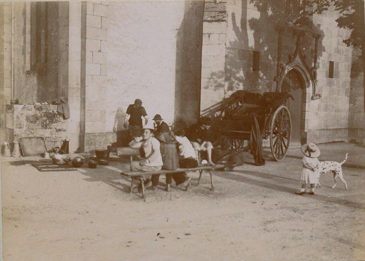 1900. У церкви