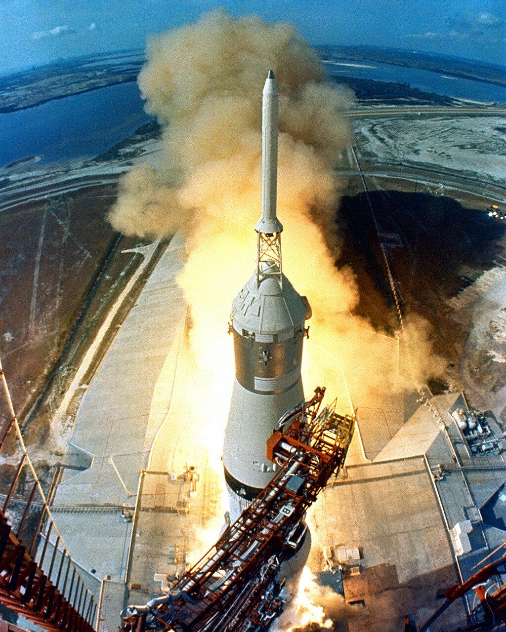 1969. После взлёта Президент США Ричард Никсон в Белом доме объявил следующий понедельник, 21 июля, когда астронавты должны были уже находиться на Луне, национальным Днём Участия и нерабочим днём для государственных служащих