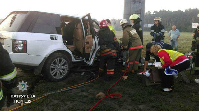 """В Киеве водитель """"Range Rover"""" швырялся в патрульных деньгами, а потом врезался в столб. ФОТОрепортаж"""