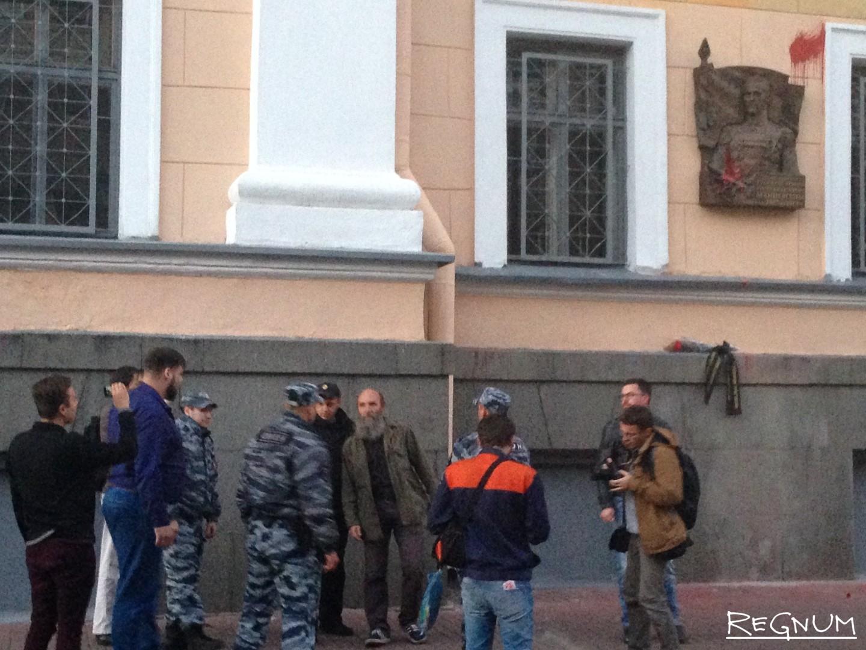 20160908_20-27-Доску Маннергейма в Петербурге вновь облили краской-pic2