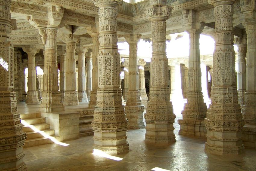 24. Ранакпур, Индия Среди 1444 колонн, поддерживающих Джайнский храмовый комплекс, вы не найдете дву