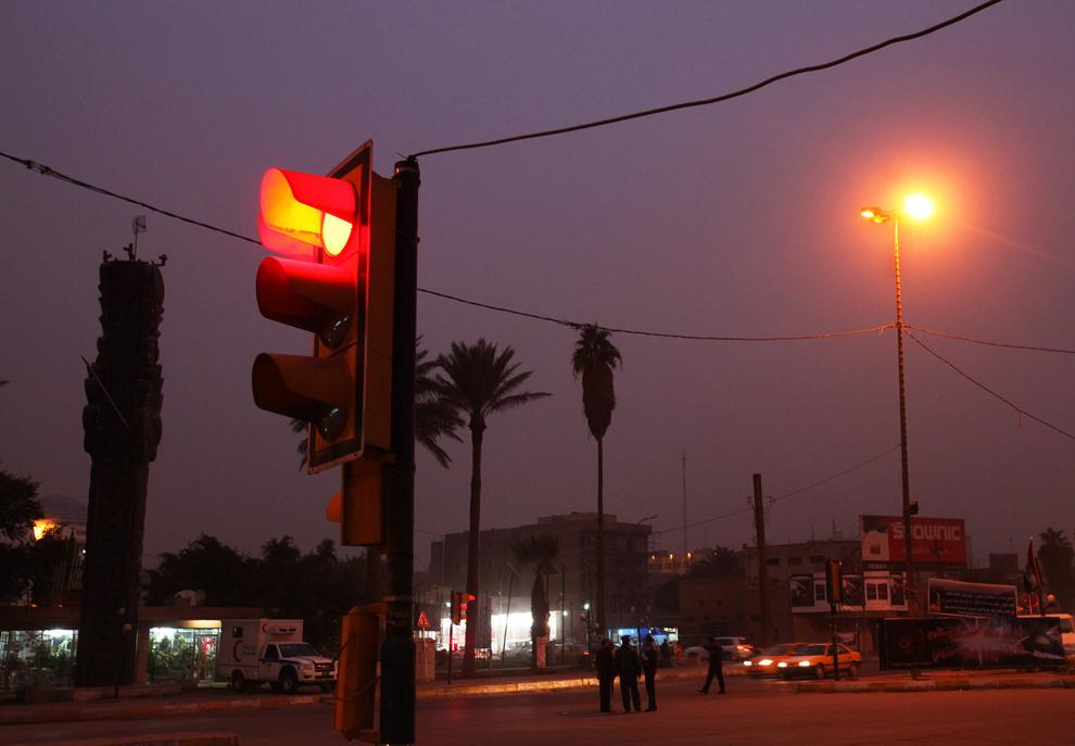 21. Светофор в сумерках на улице рядом с площадью Кербела в Багдаде. (Shannon Stapleton/Reuters)